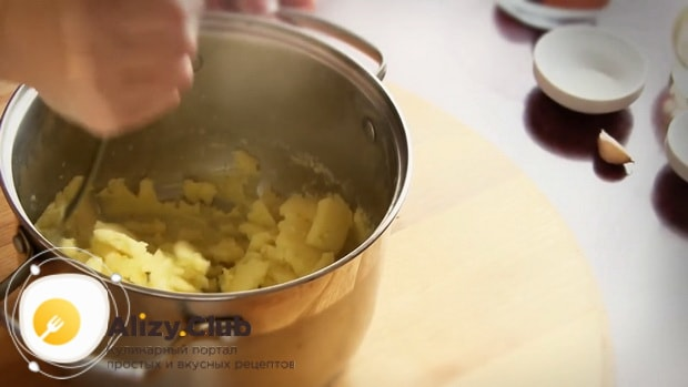 Для приготовления блинов с картошкой и луком, растолките пюре