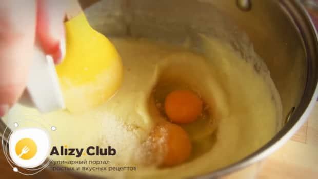 Для приготовления блинов с картошкой и луком, добавьте яйца