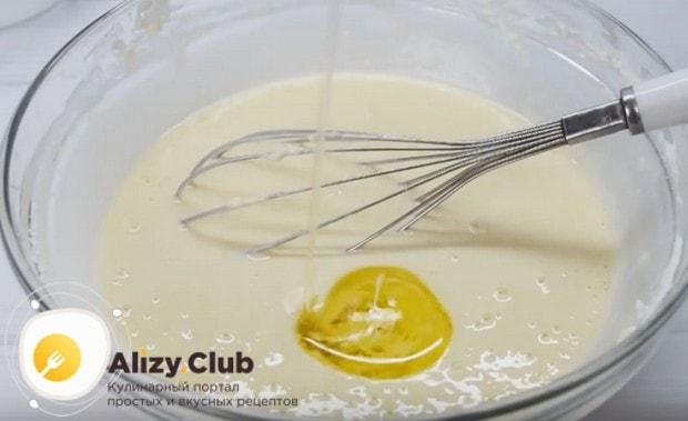 В готовое тесто добавляем растительное масло и опять хорошенько перемешиваем.