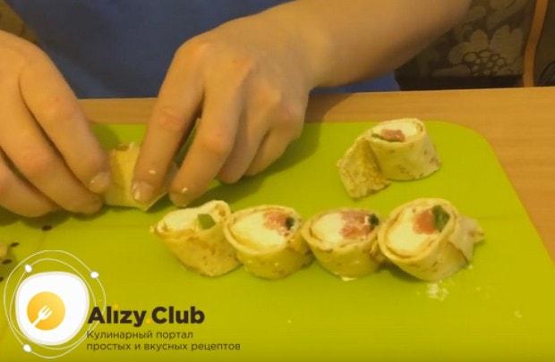 Блины с семгой и сливочным сыром, приготовленные по такому рецепту, станут прекрасной закуской на праздничном столе.