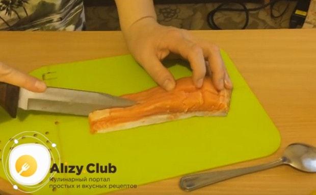 Нарезаем тонкими полосками филе семги.
