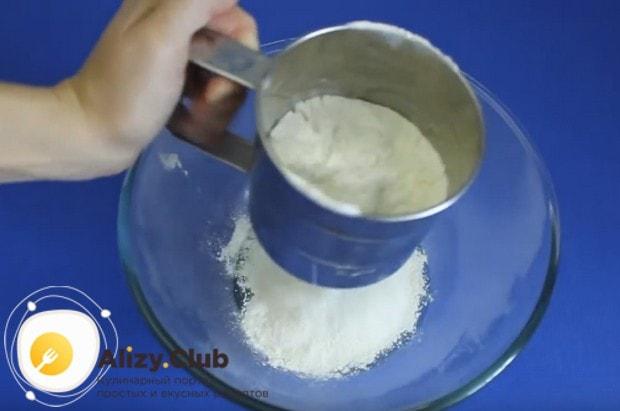 В миску с яйцами, солью и сахаром просеиваем муку.