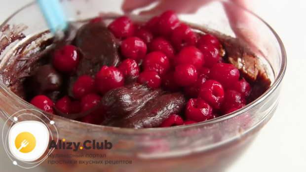 Добавляем в тесто 430-450 грамм вишни