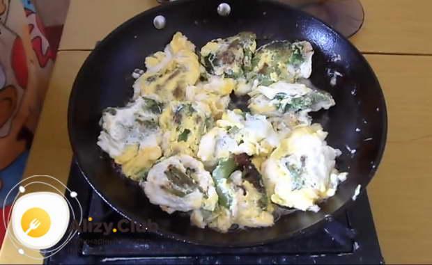 Когда яйца обжарились с обеих сторон, блюдо считается полностью готовым