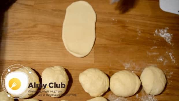Для приготовления булочек из дрожжевого теста раскатайте тесто