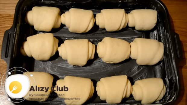 Для приготовления булочек из дрожжевого теста сверните тесто