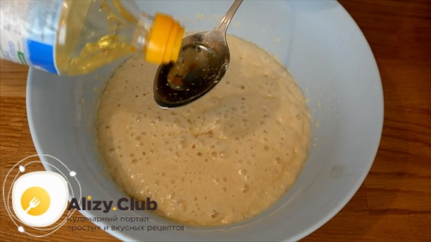 Для приготовления булочек из дрожжевого теста добавьте масло