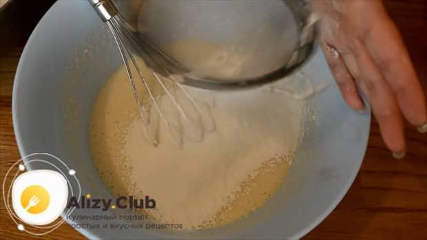 Для приготовления булочек из дрожжевого теста просейте муку