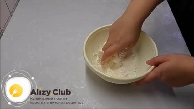 Для приготовления булочек из дрожжевого теста приготовьте крошку