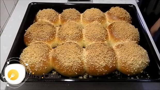 Для приготовления булочек из дрожжевого теста разогрейте дукховку