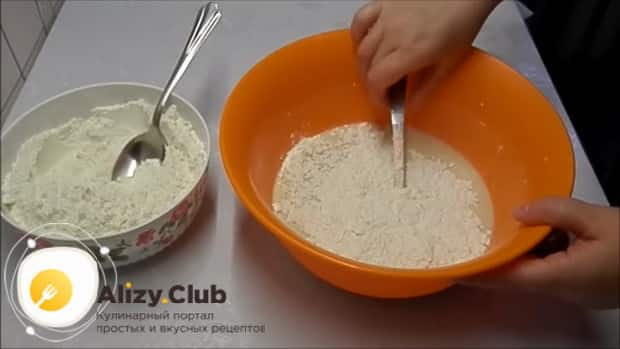 Для приготовления булочек из дрожжевого теста добавьте муку
