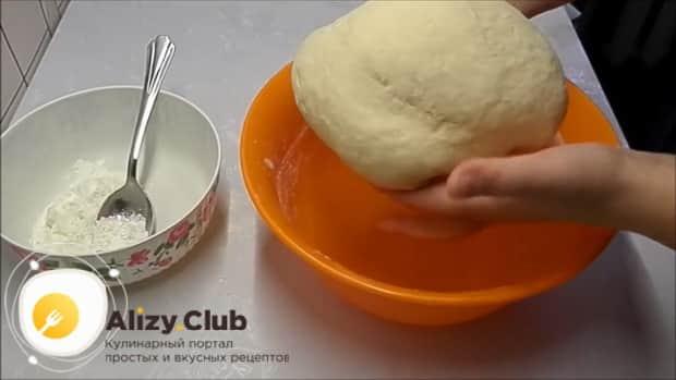 Для приготовления булочек из дрожжевого теста замесите тесто