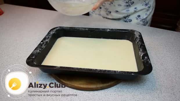 Для приготовления финских блинов в духовке вылейте тесто в противень