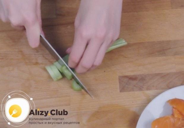 нарезаем маленькими кусочками стеблевой сельдерей.