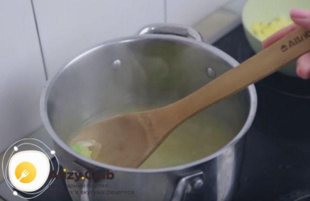 Добавляем воду и варим компоненты до готовности картошки.