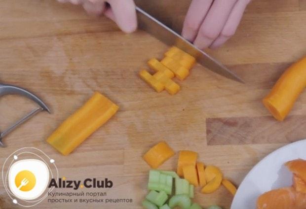 Небольшими кусочками режем также морковь.