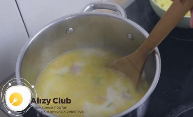 Можем также досолить и поперчить суп при желании.