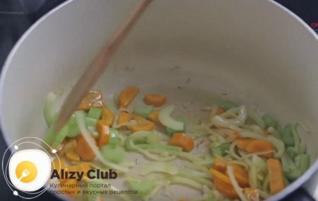Пассеруем овощи до мягкости лука.
