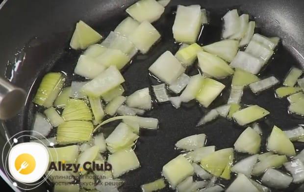 Когда масло разогреется, выкладываем в сковороду лук.