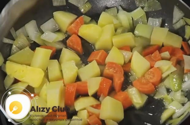 Когда лук станет мягким, добавляем к нему картошку с морковкой и тушим все вместе.