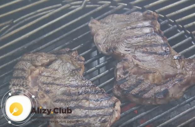 Обжариваем на гриле или сухой сковороде замаринованное мясо.