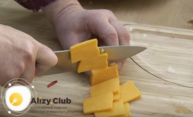 нарезаем тонкими ломтиками сыр чеддер.
