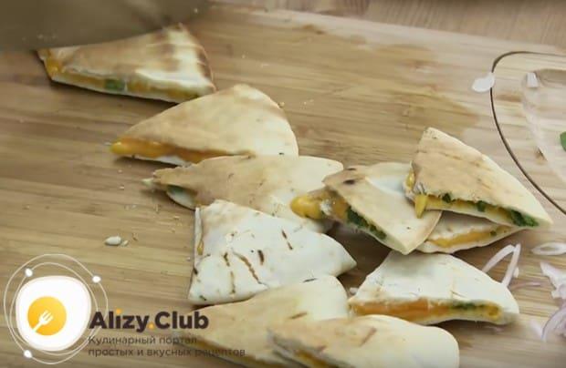 Снова обжариваем лепешки, чтобы сыр расплавился, и разразаем их на небольшие треугольнички.