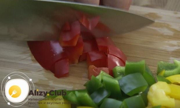Нарезаем маленькими кусочками болгарский перец.