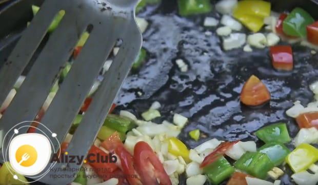Все измельченные овощи выкладываем на сковороду с растительным маслом.