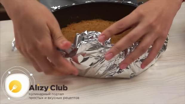 Для приготовления классического чизкейка нью-йорк нарежьте фольгу