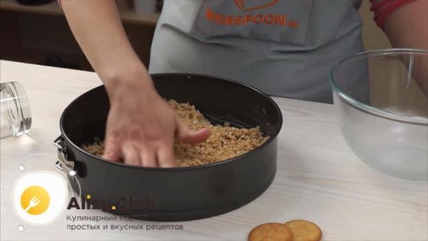 Для приготовления классического чизкейка нью-йорк, подготовьте форму для выпекания