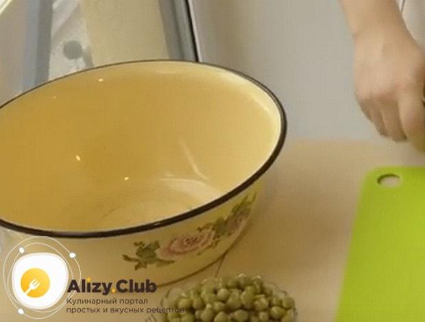 Заблаговременно подготавливаем большую удобную миску для блюда.