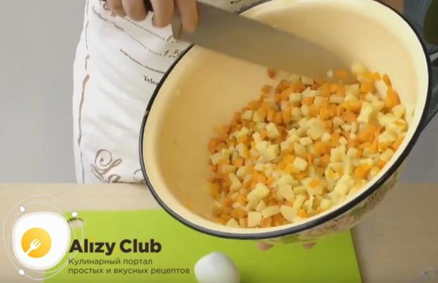 Нарезаем маленьким кубиком картошку и морковку.
