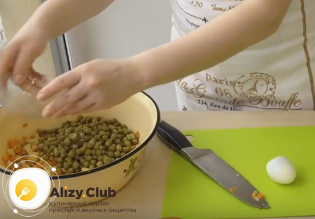 Добавляем также консервированный зеленый горошек.
