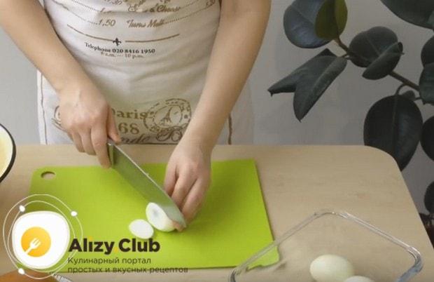 В простом классическом рецепте салата оливье с колбасой непременно используюся вареные яйца.