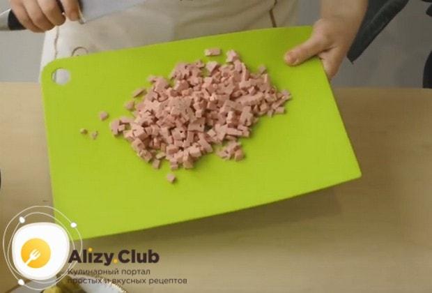 Нарезаем таким же кубиком, как остальные компоненты, вареную колбасу.