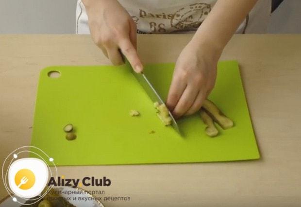 Салат оливье готовим с колбасой и солеными огурцами.