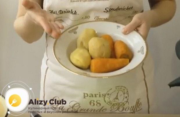 Важными ингрдиентами салата оливье с колбасой являются отварные картофель и морковь.