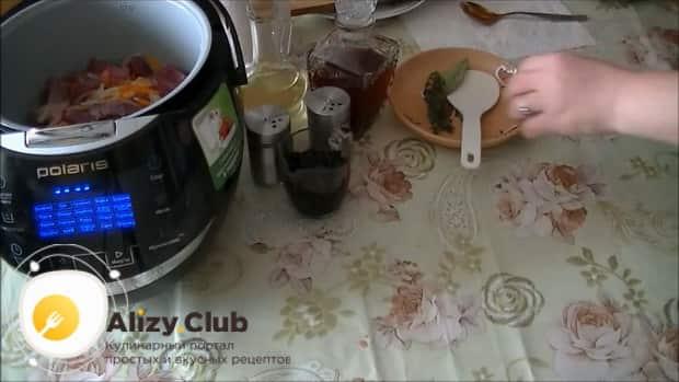Для приготовления свиного сердца в мультиварке, выложите ингредиенты в чашу