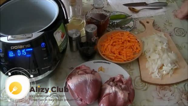 Для приготовления свиного сердца в мультиварке, нарежьте овощи