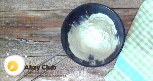 На раскаленной сухой сковороде подрумяньте, непрерывно помешивая, 35 г сухого молока