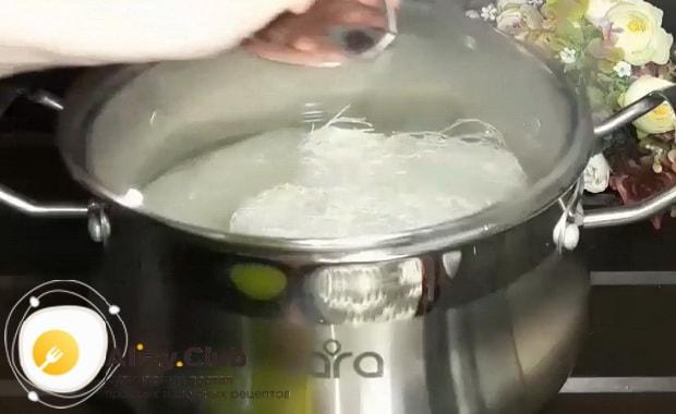 По рецепту для приготовления горячей фунчозы с курицей и овощами, отварите лапшу