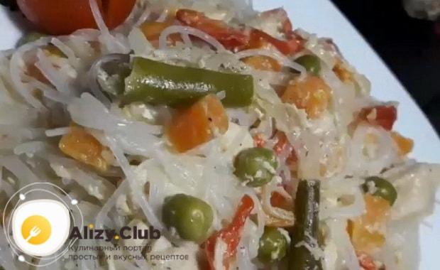 По рецепту для приготовления горячей фунчозы с курицей и овощами, подготовьте ингредиенты