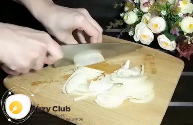 По рецепту для приготовления горячей фунчозы с курицей и овощами, нарежьте лук