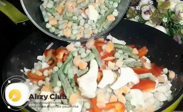 По рецепту для приготовления горячей фунчозы с курицей и овощами, добавьте овощи