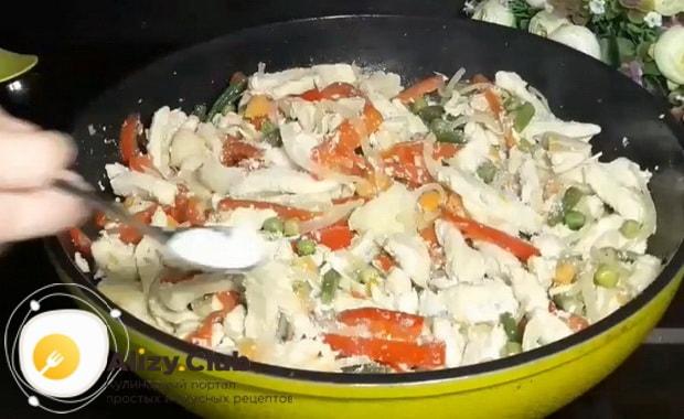 По рецепту для приготовления горячей фунчозы с курицей и овощами, посолите овощи