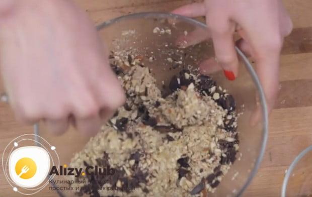 При желании в массу можно добавить рубленный шоколад, а также измельченные орехи.