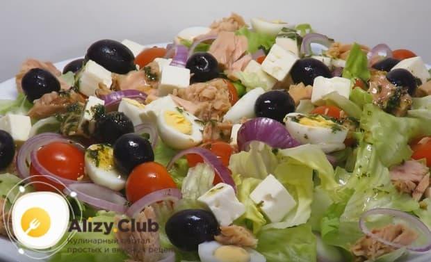 Заправляем диетический салат с тунцом мятным соусом.