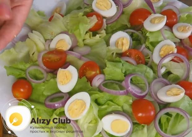 Отваренные перепелиные яйца разрезаем пополам и выкладываем на блюдо.