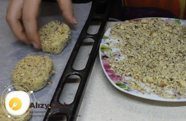 Выкладываем наше ореховое песочное печенье на противень и отправляем в духовку.